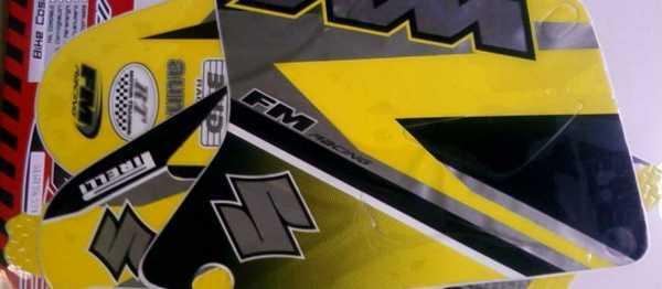 Kit déco FM RACING SUZUKI RM 85 01-18. Crédits : ©EMX
