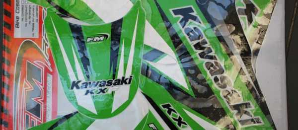 Kit déco FM RACING KAWASAKI KXF 250 04-05. Crédits : ©EMX