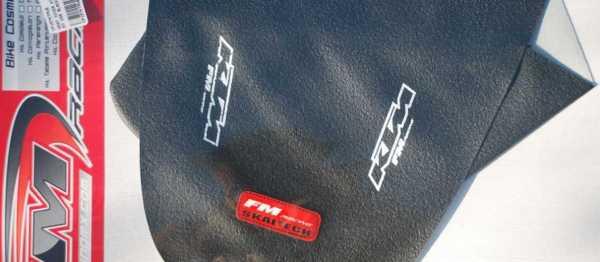 Housse de selle FM RACING SX/SXF 04-06 EXC/EXCF 04-07. Crédits : ©EMX