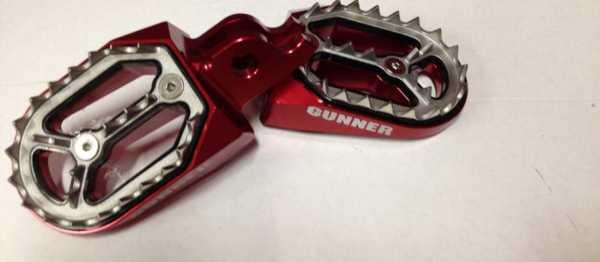 Reposes pieds aluminium GUNNER HONDA CR 02-08 CRF 02-16. Crédits : ©EMX