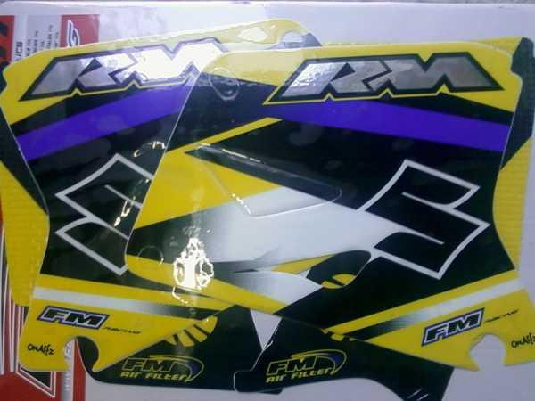 Kit déco FM RACING SUZUKI RM 125/250 01-15. Crédits : ©EMX